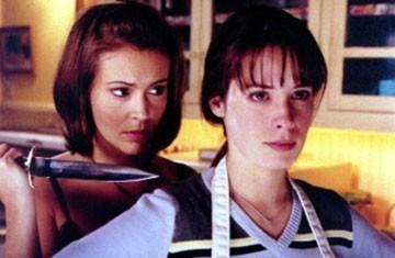 Alyssa Milano e Holly Marie Combs in un momento dell'episodio L'uomo nero della serie Streghe