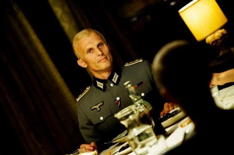 Appartamento ad Atene: l'ufficiale tedesco Richard Sammel a tavola in casa degli Helianos