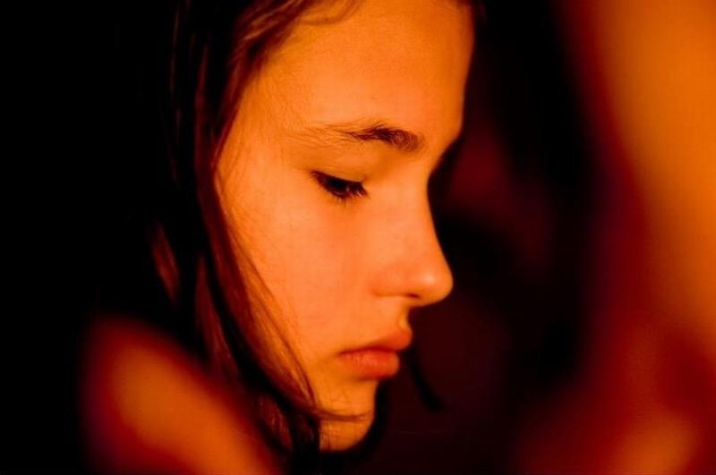 Appartamento ad Atene: la giovane figlia degli Helianos in una scena del film