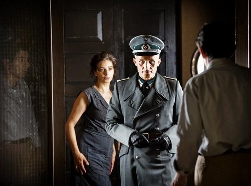 Appartamento ad Atene: Laura Morante insieme a Richard Sammel in una scena del film