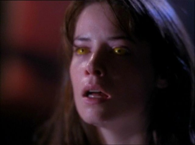 Holly Marie Combs in un momento dell'episodio Wendigo della serie Streghe