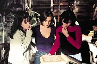 Holly Marie Combs, Shannen Doherty, Alyssa Milano in una scena dell'episodio Lo specchio della serie TV Streghe