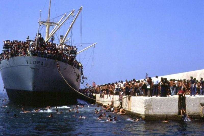 La nave dolce: lo sbarco della nave Vlora con ventimila immigrati albanesi a bordo in una scena del documentario