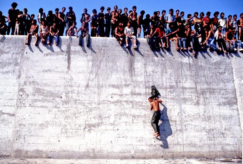 La nave dolce: un'immagine del documentario di Daniele Vicari sull'arrivo di ventimila immigrati albanesi nel porto di Bari nel 1991