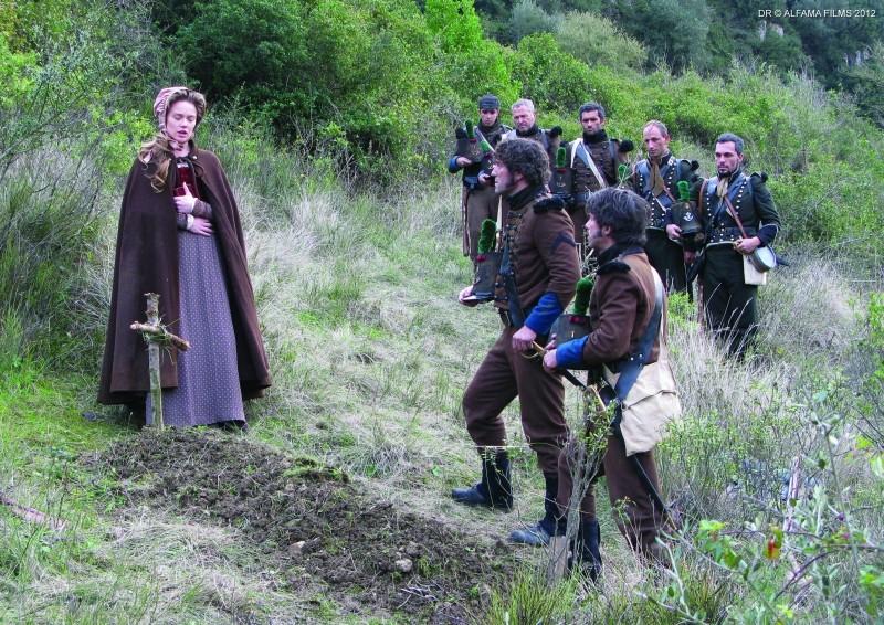 Lines of Wellington: Jemima West nei panni di Maureen in mezzo ai soldati in una scena