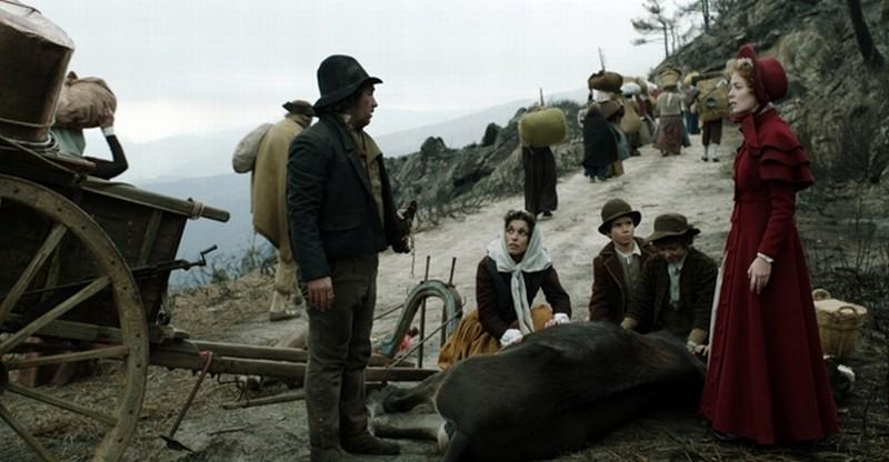 Lines of Wellington: Victória Guerra insieme ad alcuni campagnoli in una scena