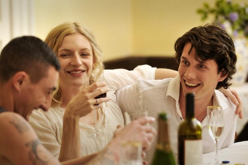 Love Is All You Need: Molly Blixt Egelind e Sebastian Jessen in una scena del film con Ciro Petrone (a sinistra)