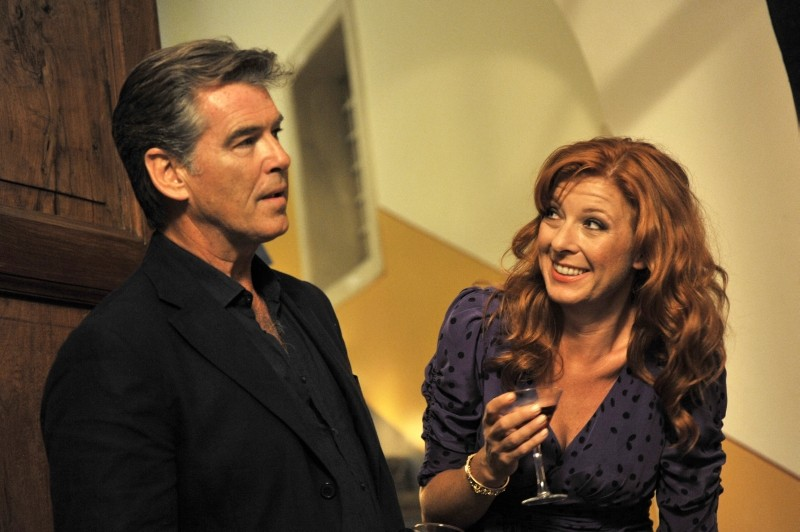 Love Is All You Need: Pierce Brosnan parla con Paprika Steen in una scena