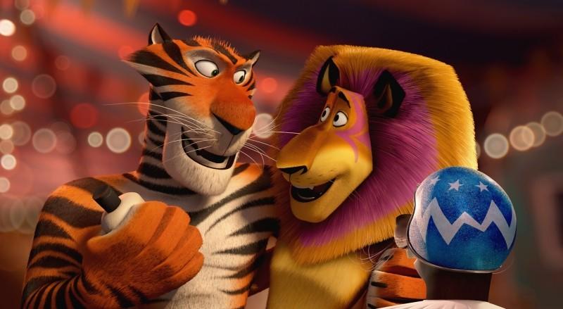 Madagascar 3: ricercati in Europa, Alex insieme a Vitaly e Stefano in una scena del film