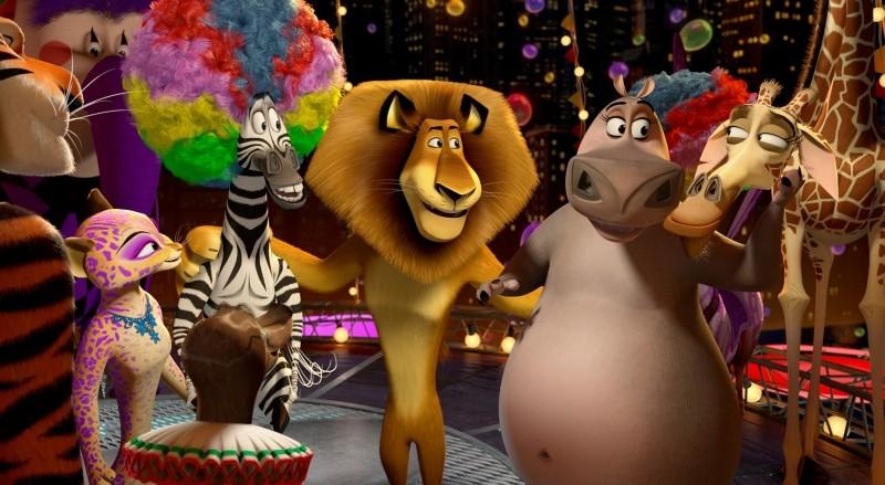 Madagascar 3: ricercati in Europa, Melman, Marty, Alex, Gloria con gli amici del circo in una scena del film