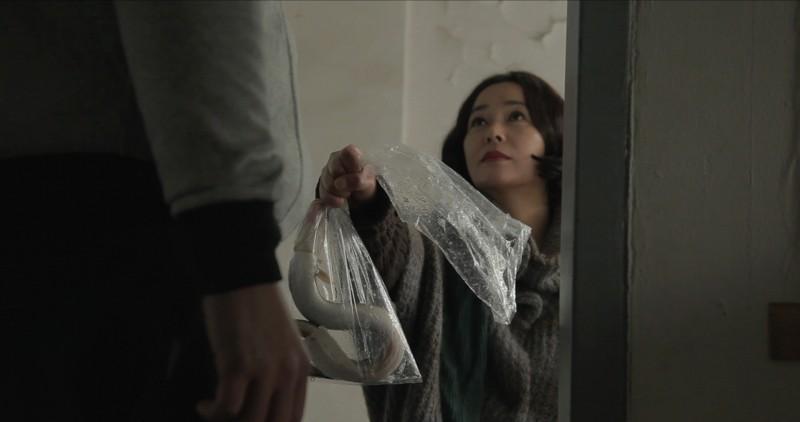 Pietà: Jo Min-su porge un'anguilla in dono in una scena del film