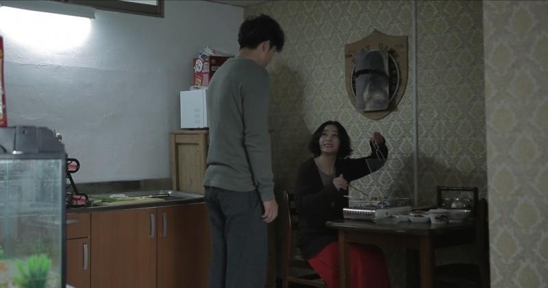 Pietà: Jo Min-su prepara da mangiare per Lee Jung-jin in una scena del film