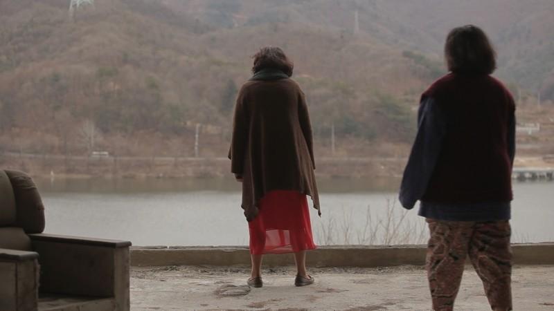 Pietà: la protagonista Jo Min-Su di spalle in un drammatico momento del film