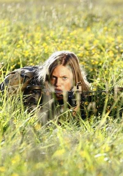 Revolution: Tracy Spiridakos in una delle prime immagini della serie
