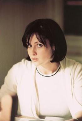 Shannen Doherty in un momento dell'episodio Il terzo occhio della serie Streghe
