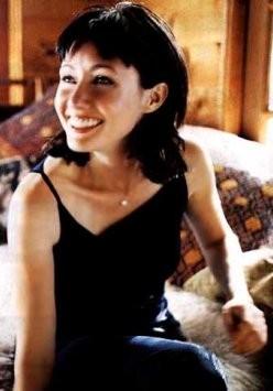 Shannen Doherty in una scena di Misteriose scomparse della serie TV Streghe
