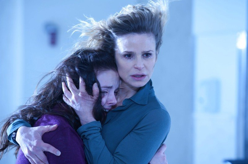 The Possession: Natasha Calis insieme a Kyra Sedgwick in una scena del film