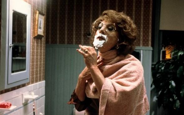 Tootsie (Dustin Hoffmann) si fa la barba davanti allo specchio...