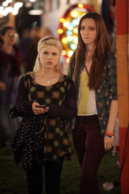 Bunheads: Bailey Buntain ed Emma Dumont nell'episodio Movie Truck