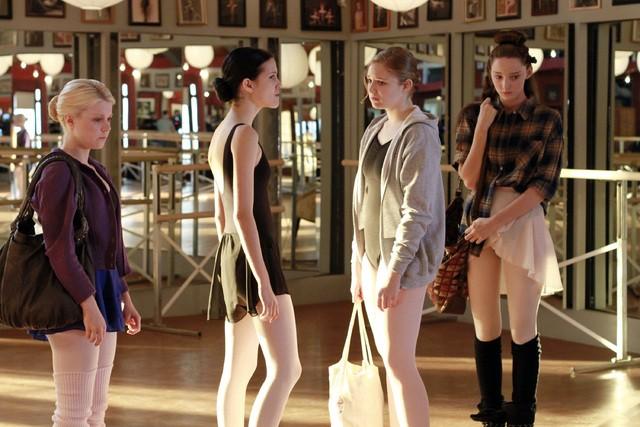 Bunheads: Bailey Buntain, Julia Goldani Telles, Kaitlyn Jenkins e Emma Dumont nell'episodio For Fanny