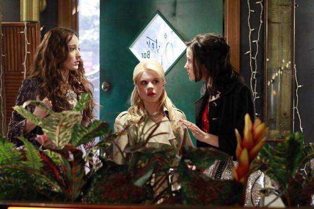 Bunheads: Julia Goldani Telles, Bailey Buntain ed Emma Dumont nell'episodio Money for Nothing