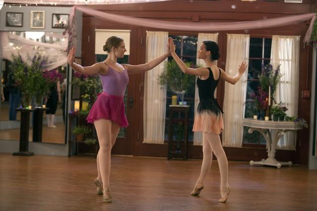 Bunheads: Kaitlyn Jenkins e Julia Goldani Telles nell'episodio For Fanny