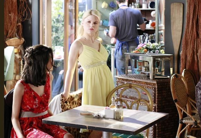 Bunheads: Sutton Foster, Julia Goldani Telles e Bailey Buntain nell'episodio Money for Nothing