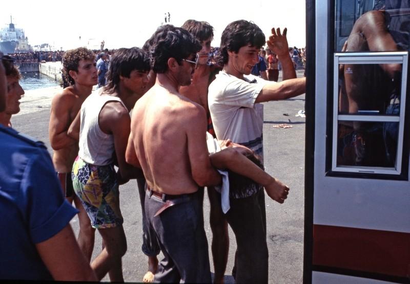 La nave dolce: Kledi Kadiu in uno dei drammatici momenti dello sbarco dei ventimila albanesi a Bari nel 1991