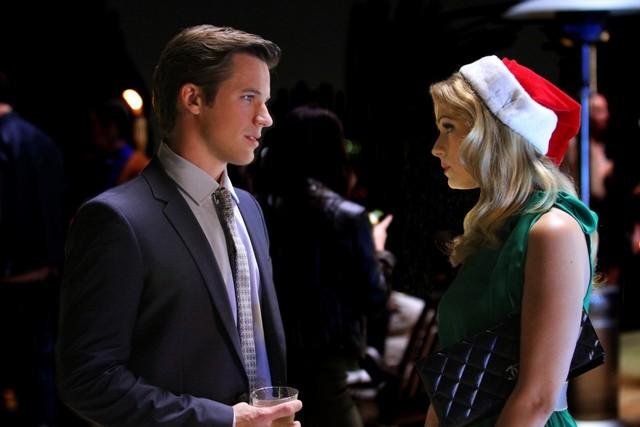 90210: Matt Lanter e Cameron Goodman nell'episodio O Holly Night