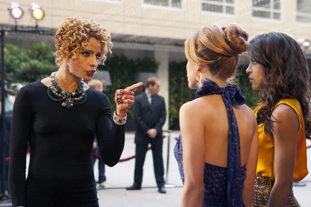90210: Michelle Hurd, AnnaLynne McCord ed Megalyn Echikunwoke nell'episodio Mama Can You Hear Me?