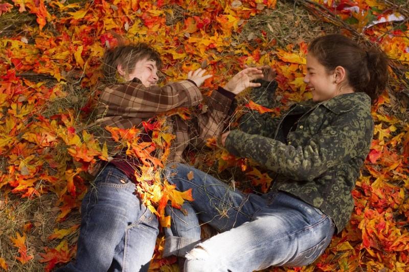 CJ Adams e Odeya Rush giocano tra le foglie d'autunno in The Odd Life of Timothy Green