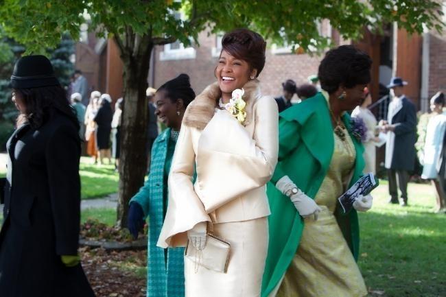 una sorridente Whitney Houston nel suo ultimo film, Sparkle