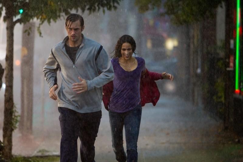 Disconnect: Alexander Skarsgård e Paula Patton corrono sotto la pioggia in una scena del film