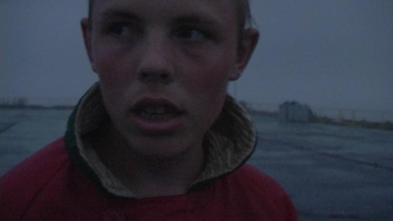 Anton's right here: Anton Kharitonov, il ragazzo autistico protagonista del documentario, in una scena