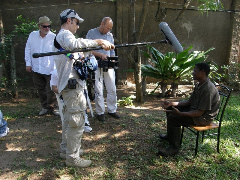 Medici con l'Africa: il regista Carlo Mazzacurati sul set del film durante le riprese