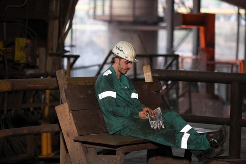 Acciaio: Michele Riondino si riposa in una pausa dal lavoro in una scena del film