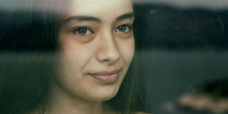 Araf - Somewhere in Between: la bellissima Neslihan Atagül in una scena del film
