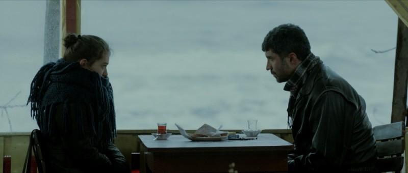 Araf - Somewhere in Between: la protagonista Neslihan Atagül in una scena del film insieme a Özcan Deniz