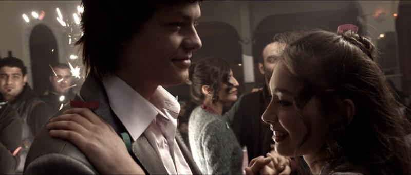 Araf - Somewhere in Between: Neslihan Atagül balla con Baris Hacihan in un romantico momento del film