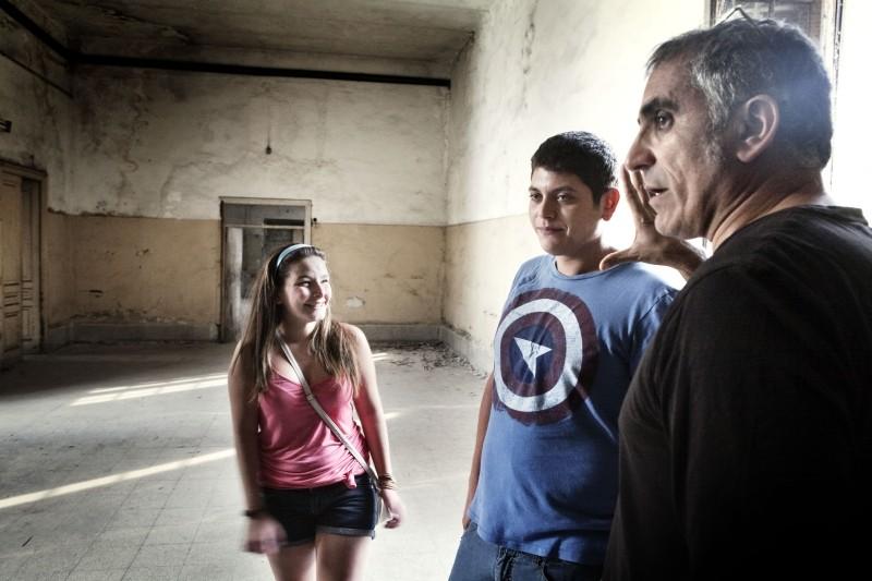 Il regista Leonardo Di Costanzo insieme ad Alessio Gallo e Francesca Riso sul set de L'intervallo