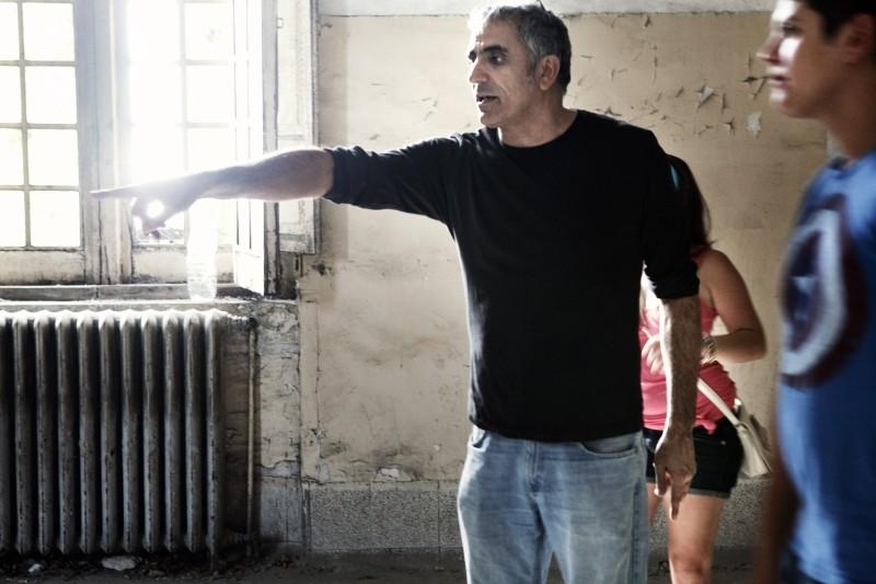 Il regista Leonardo Di Costanzo insieme ad Alessio Gallo sul set de L'intervallo