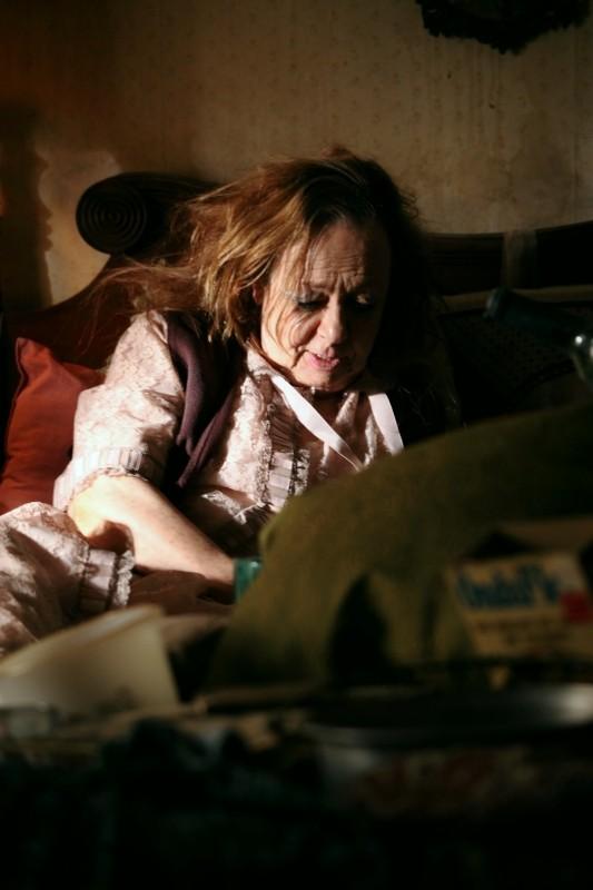 No quiero dormir sola: la co-protagonista del film Adriana Roel in una scena