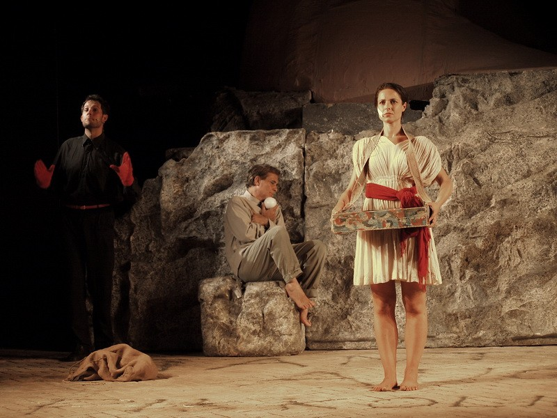 Paestum-Templi LORENZA CAROLEO con (seduto su un sasso) ANTONIO ORFANO' E SIMONE FRANCIA