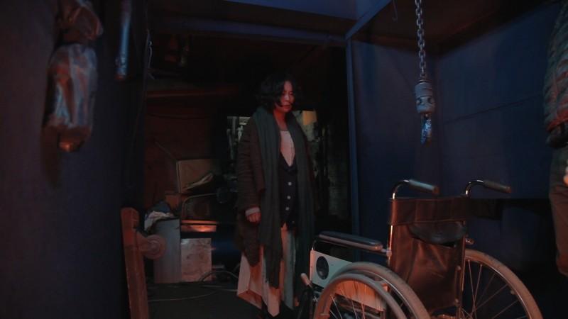 Pietà: Jo Min-Su fissa una sedia a rotelle e un gancio assassino in una drammatica scena