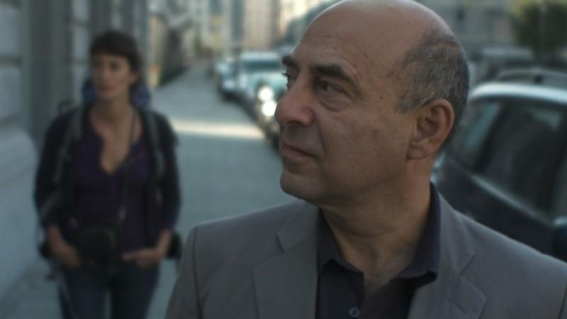 Welcome Home: la protagonista Manah Depauw (dietro) in una scena del film insieme a Nader Farman