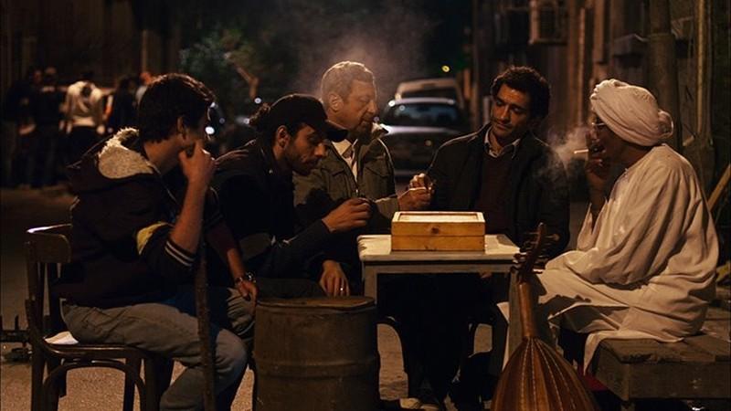 Winter of discontent: Amr Waked in una scena di gruppo per le strade de Il Cairo