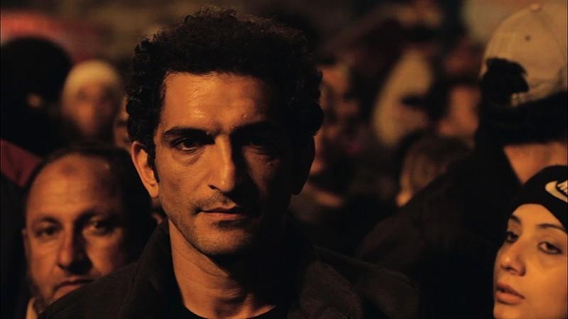 Winter of discontent: Amr Waked tra la folla in una scena notturna