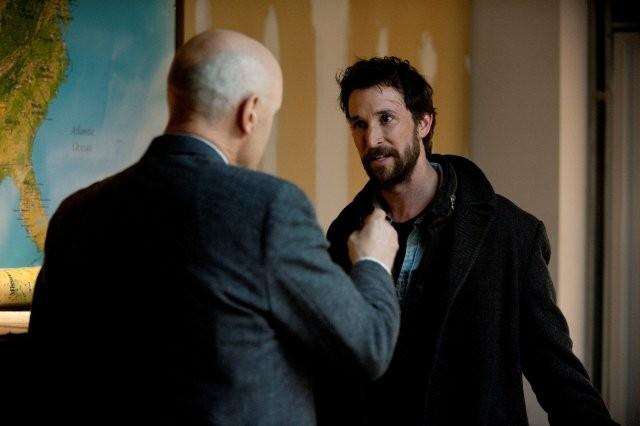 Falling Skies: Noah Wyle e, di spalle, Terry O'Quinn in una scena dell'episodio Il prezzo della grandezza