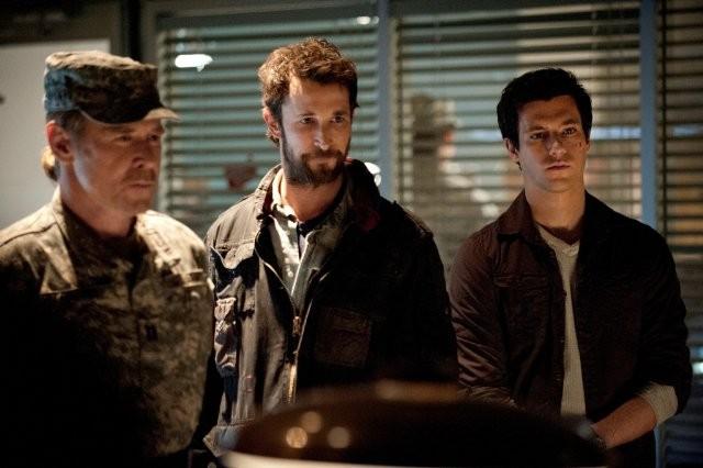 Falling Skies: Noah Wyle, Will Patton e Drew Roy in una scena dell'episodio Il prezzo della grandezza