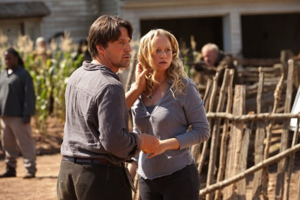 Revolution: Tim Guinee ed Anna Lise Phillips in una scena del pilot della serie